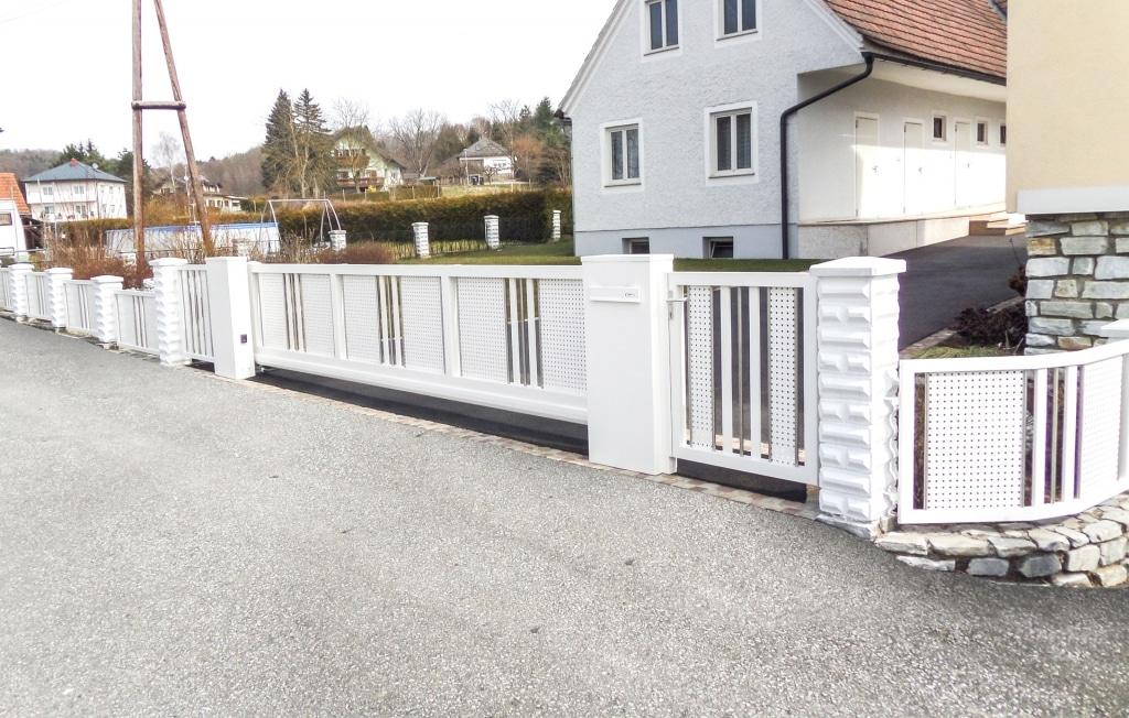 ZA Güssing 14 a | automatisches weißes Alu-Einfahrtstor mit elektrischem Schiebetorantrieb | Svoboda