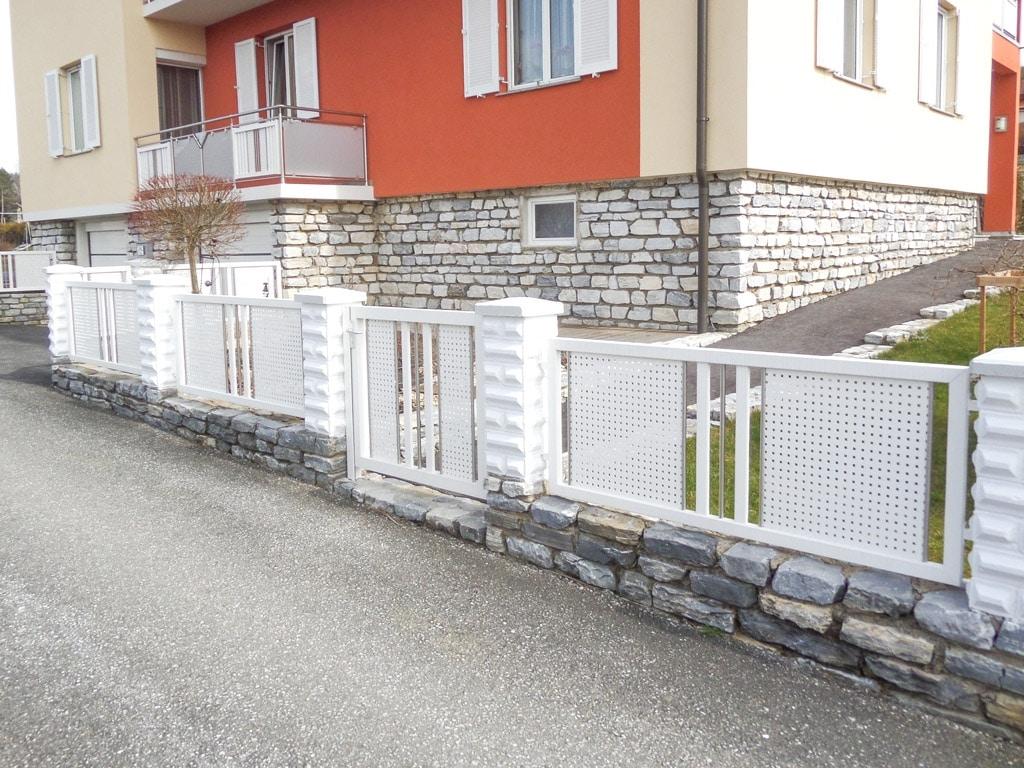 ZA Güssing 14 b | weiße Aluzaunfelder bei Mauer mit Lochblech, Latten und Edelstahl-Stäben | Svoboda