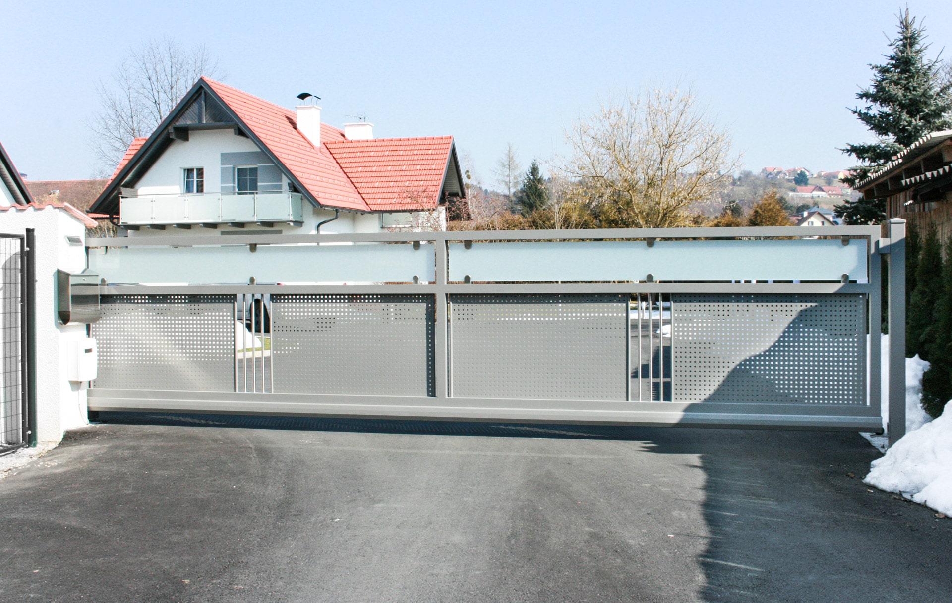 ZA Güssing 15 a   elektrisches Aluminium-Einfahrtstor hellgrau mit Lochblech und Mattglas   Svoboda