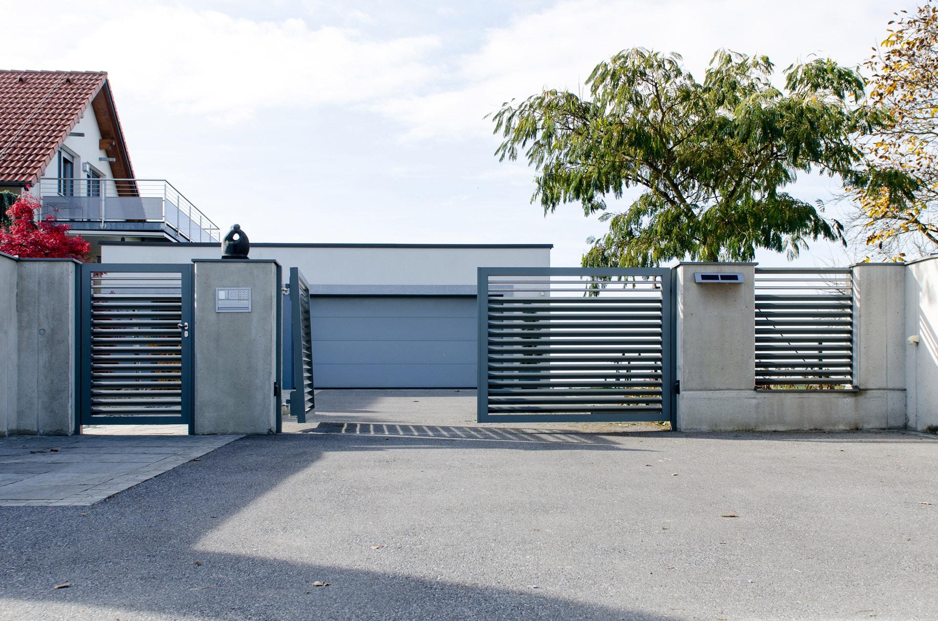 ZA Hartberg 01 b   Einfahrtstor doppelflügelig aus Aluminium anthrazit, Dreieck-Querlatten   Svoboda