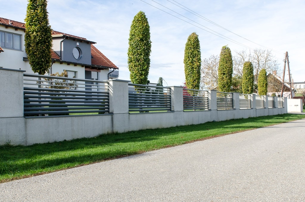 ZA Hartberg 01 c   Aluminium-Zaun modern mit Dreieck-Querlatten und Niro-Stangen bei Mauer   Svoboda