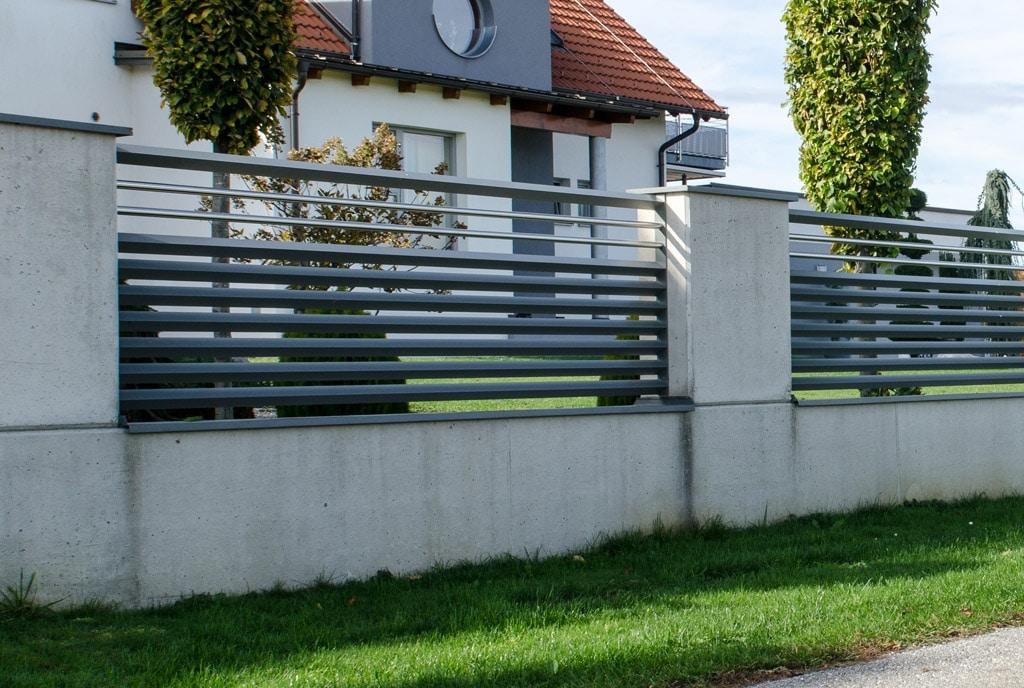 ZA Hartberg 01 c   Moderner Aluzaun mit dreieckigen Latten quer anthrazit, Edelstahl-Stäbe   Svoboda