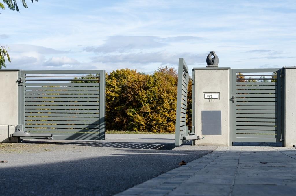 ZA Hartberg 01 d   Alu-Einfahrtstor grau mit Drehtorantrieb bei 2 Flügeln, einer geöffnet   Svoboda