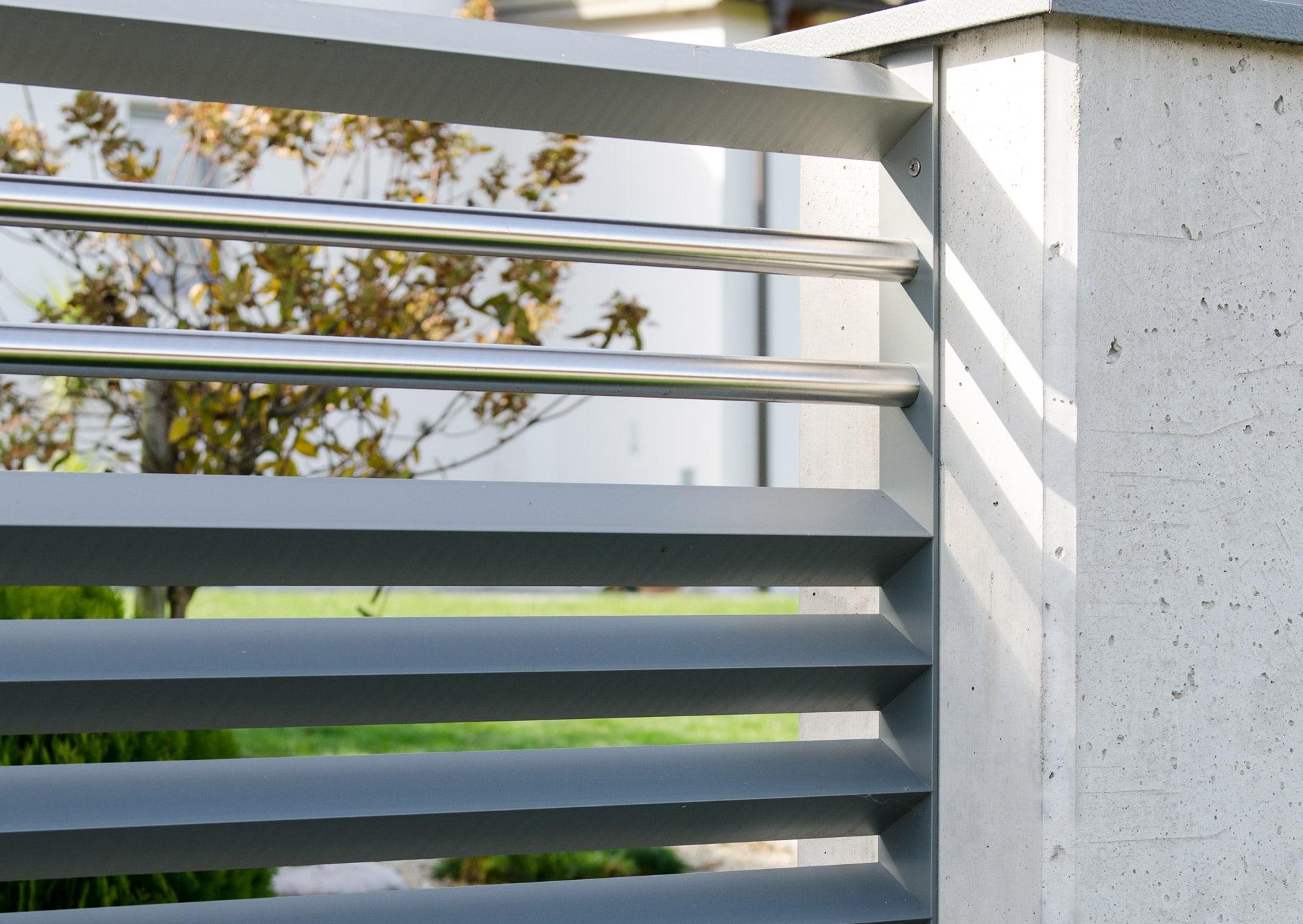 ZA Hartberg 01 g | Aluminium-Zaun mit Dreiecklattung und Edelstahl-Streben auf Betonsteher | Svoboda