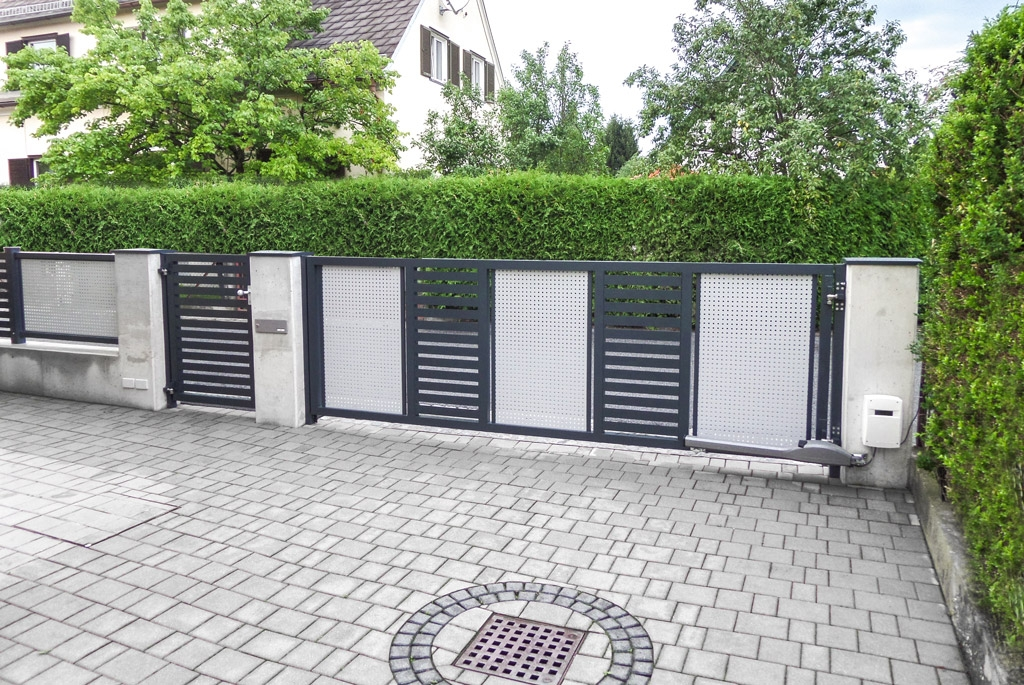 ZA Hartberg 02 b | Rückseite von Dreiecklattung und Lochblech-Füllung bei Alutor und Tür | Svoboda