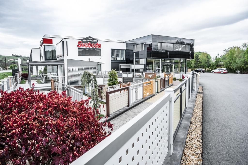Svoboda Metalltechnik Firmensitz Sebersdorf/Bad Waltersdorf Büro mit Geländer-Schaugarten davor