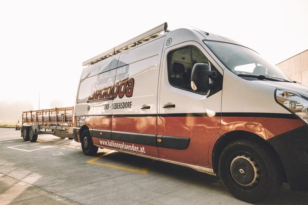 Montagebus mit Anhänger-Korb von Svoboda Metalltechnik Bad Waltersdorf vor Sonnenaufgang