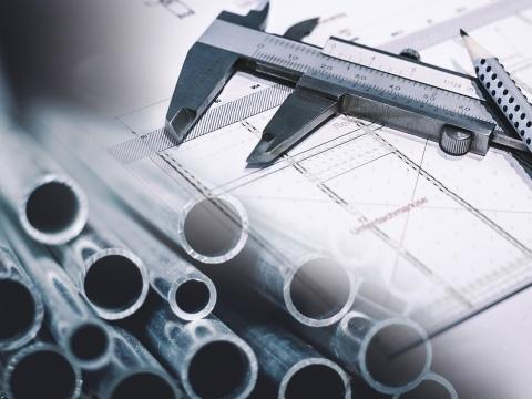 Verschmelzte Bilder: Konstruktionsplan mit Messschieber+Bleistift und Detailbild Alu-Rohre | Svoboda