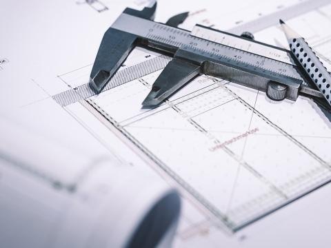 Baupläne bzw. technische Zeichnung mit Messschieber und Bleistift | Svoboda Metalltechnik