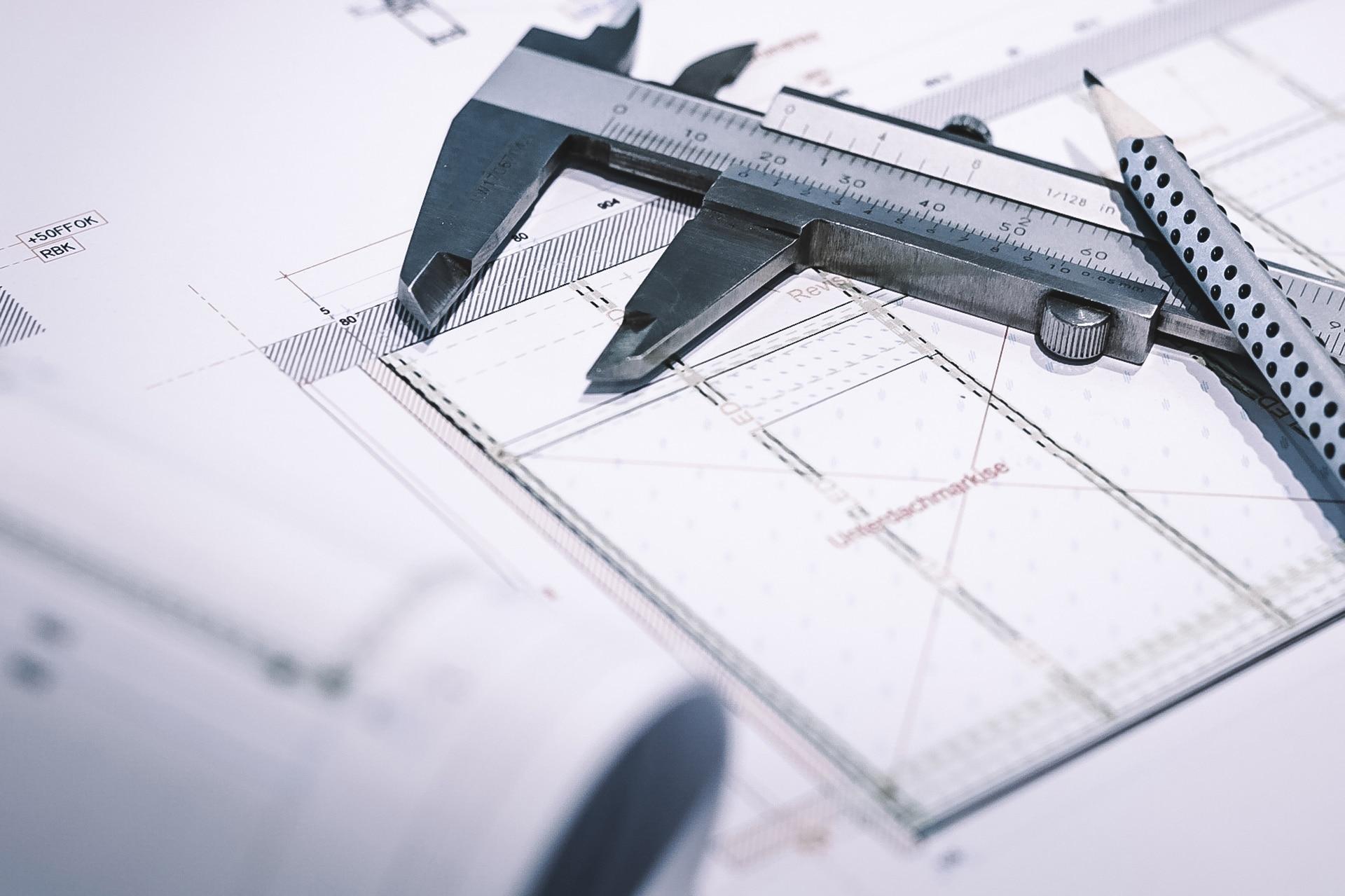 Baupläne bzw. technische Zeichnung mit Messschieber und Bleistift   Svoboda Metalltechnik