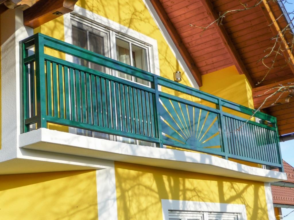 Amstetten 04 | moosgrüner Aluminium Balkon aufgesetzt mit Senkrecht Lattung & Sonnen Dekor | Svoboda