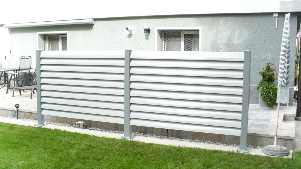 Bad Ischl 02 a | Sichtschutz aus Alu Lamellen weiß mit grauen Stehern bei Terrasse | Svoboda Metall