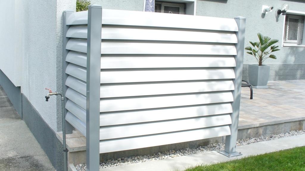 Bad Ischl 02 c | Sichtschutz aus Alu Lamellen weiß mit grauen Stehern bei Terrasse | Svoboda Metall