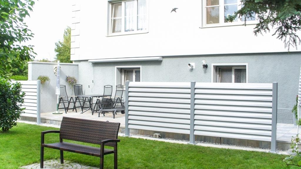 Bad Ischl 02 c | Sichtschutzelement aus weißen Aluminiumlamellen bei Terrasse | Svoboda Metall
