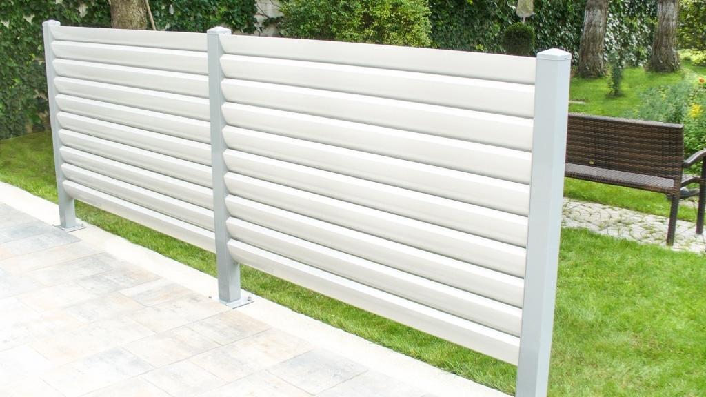 Bad Ischl 02 d | Sichtschutzelement aus weißen Aluminiumlamellen bei Terrasse | Svoboda Metall