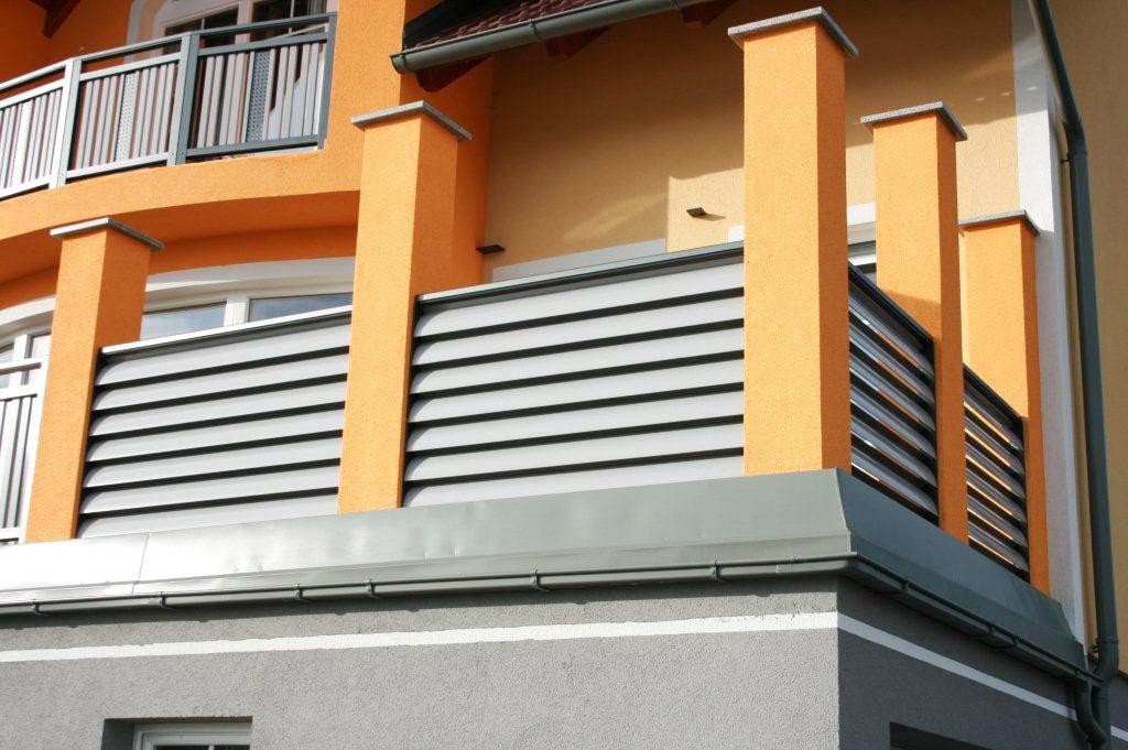 Bad Ischl 03 a | Sichtschutzgeländer bei Balkon aus horizontalen Aluminiumlamellen grau | Svoboda
