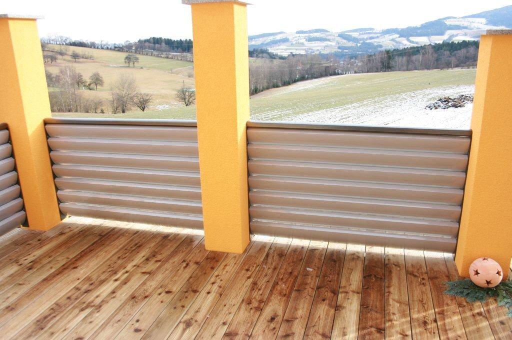 Bad Ischl 03 b | blickdichtes Alugeländer mit waagrechten Alulamellen grau beschichtet | Svoboda