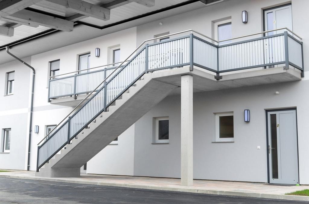 Baden 14 | modernes Alugeländer mit Latten & Nirohandlauf bei Stiegenaufgang bei Wohnhaus | Svoboda