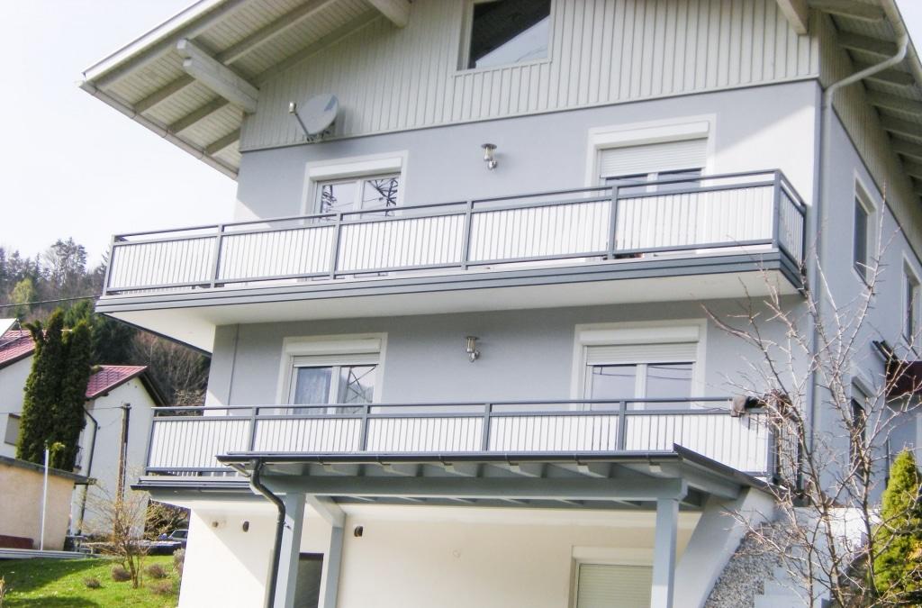 Baden 17 | graues Balkongeländer mit Blende und senkrechter Alulattung weiß beschichtet | Svoboda