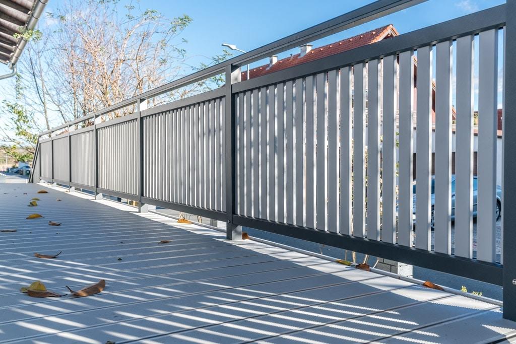 Baden 27 b | Aufsatzmontage auf Aluterrassenboden von Geländer mit senkrechten Alulatten | Svoboda