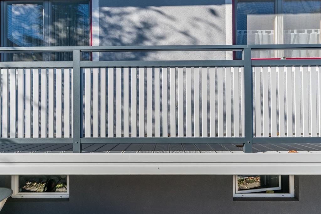 Baden 27 c | anthrazit-hellgraues Aluminium-Terrassengeländer mit Latten vertikal, Blende | Svoboda