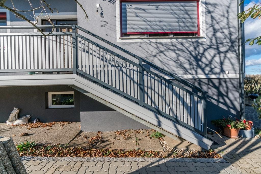 Baden 27 | dunkelgrau-hellgraues Alulattengeländer bei Stiegenaufgang, Blende stirnseitig | Svoboda