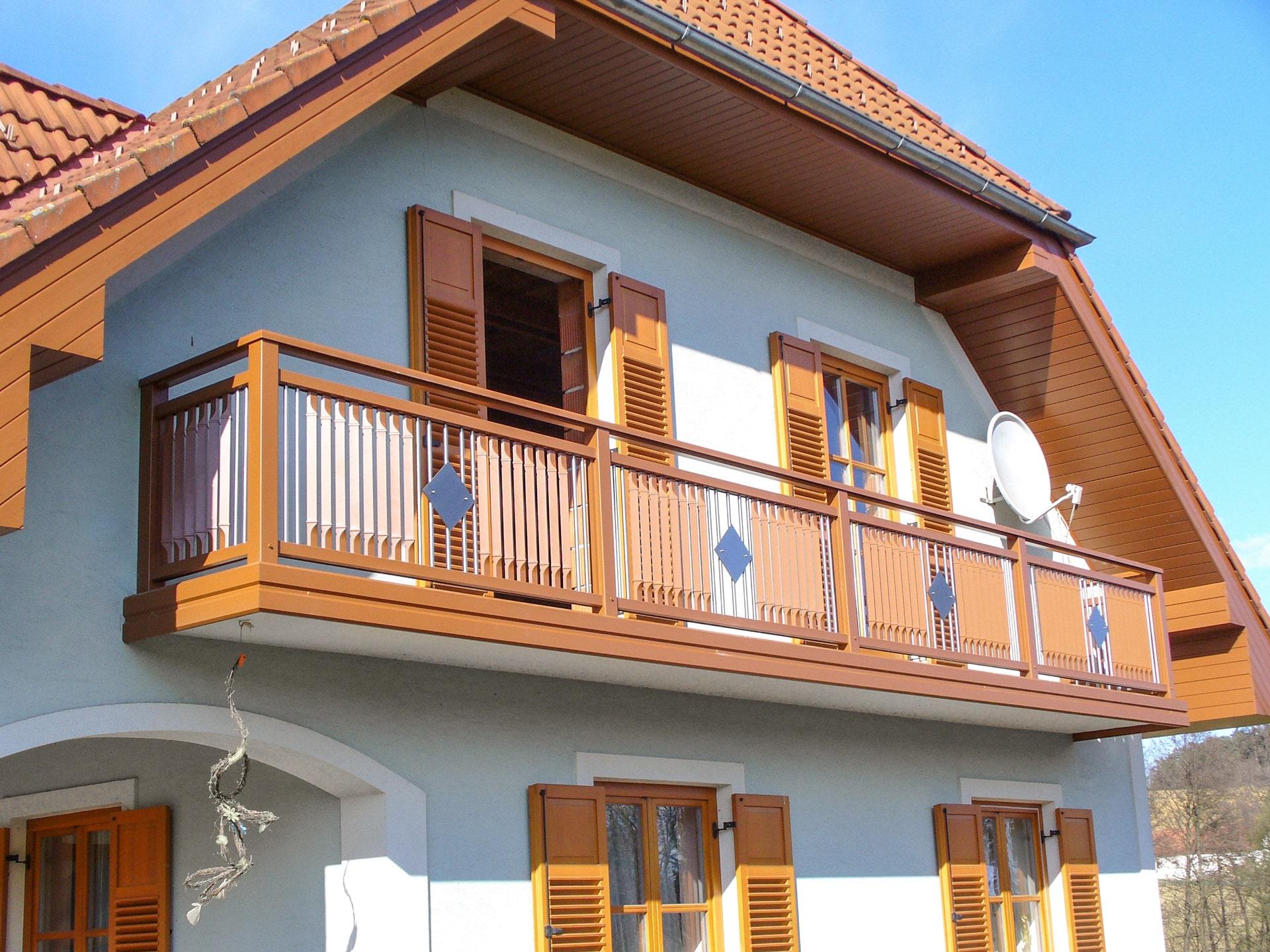 Braunau 01 a | orangebrauner Alu-Balkon mit senkrechter Alu-Niro Füllung, 1 Quadrat-Blech | Svoboda