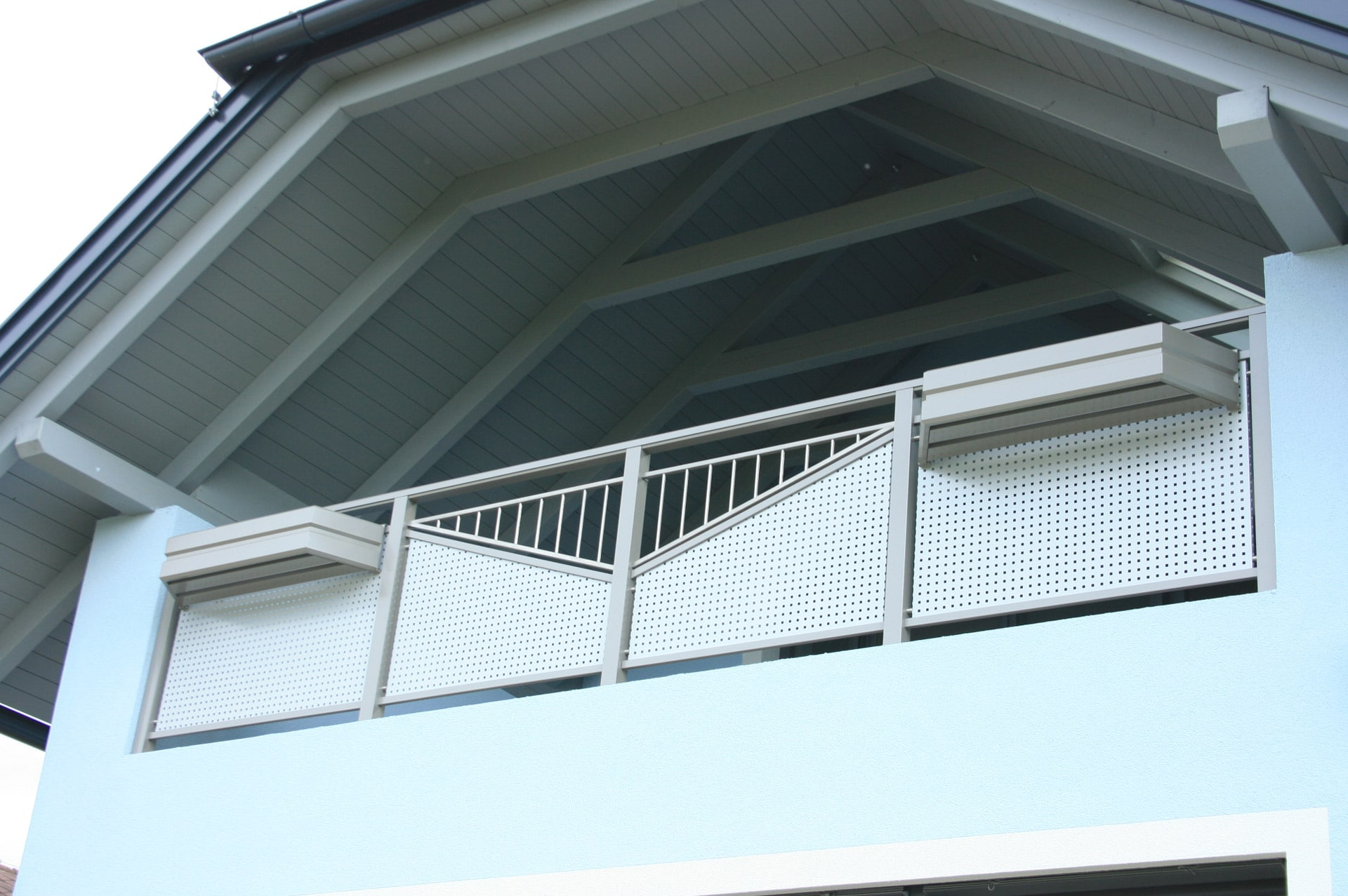 Bruck 02 b |graues Aluminium-Geländer mit Lobchblech bei Balkon im Giebel bei Walmdach | Svoboda