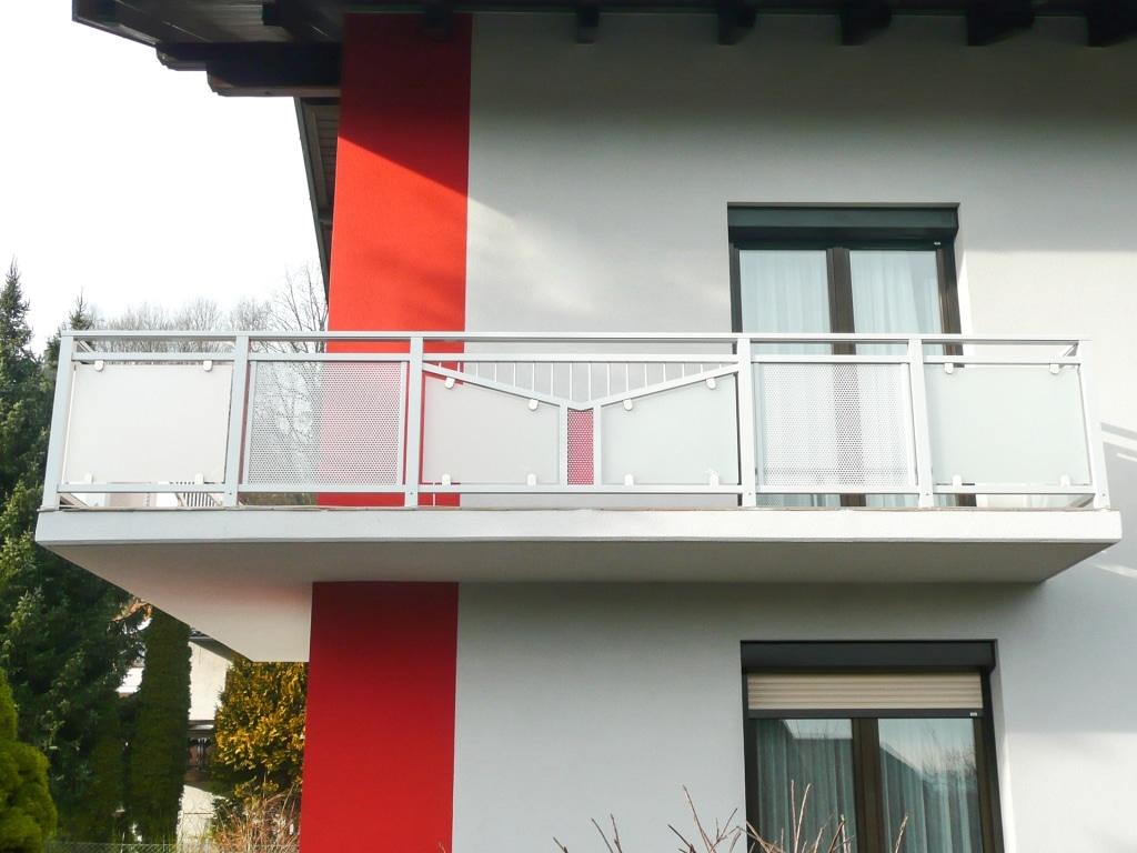 Bruck 03 b | Außengeländer bei Balkon aus Aluminium mit Glas & Lochblech und Stabdekor | Svoboda