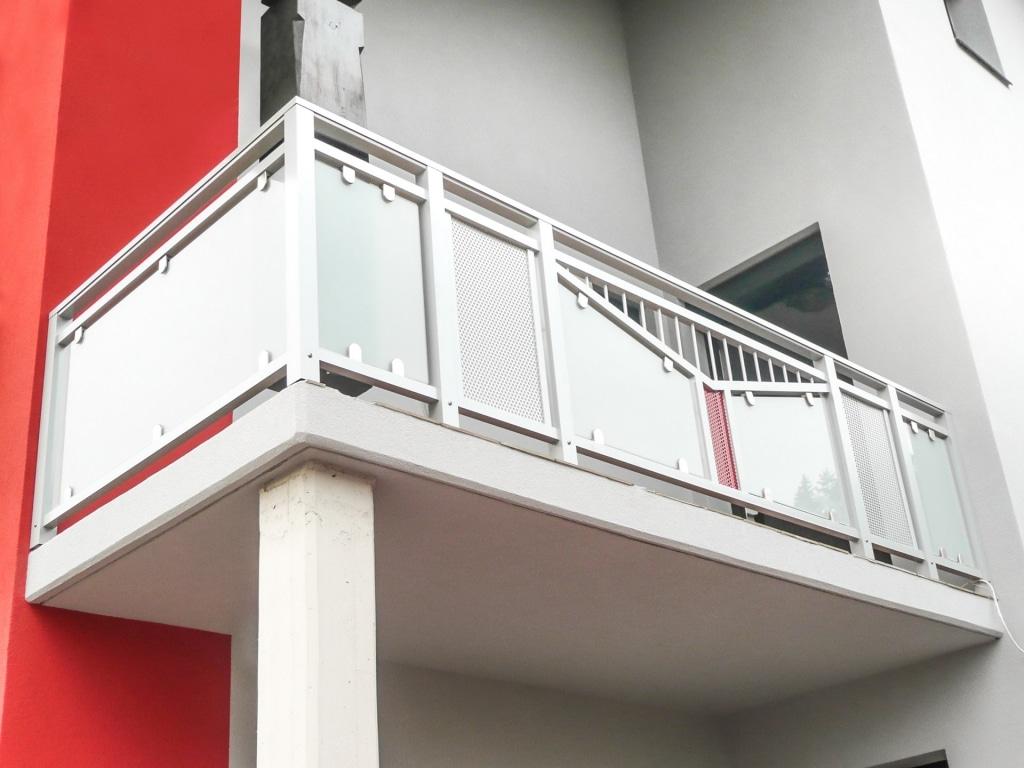 Bruck 03 c | Alu-Glas-Balkon mit Lochblech-Füllfeld und Dreieckigem Dekorrahmen mit Stäben | Svoboda