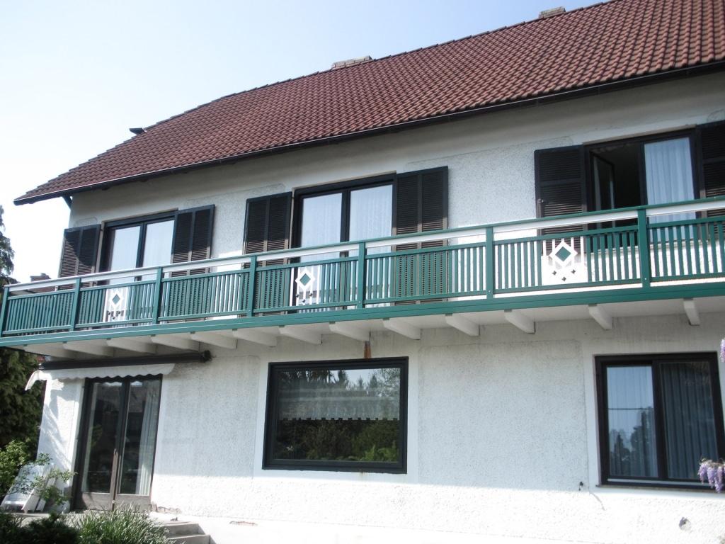 Brunn 01 a   Aufgesetztern Aluminiumlattenbalkon grün mit weißem Stab-Quadrat Dekor   Svoboda
