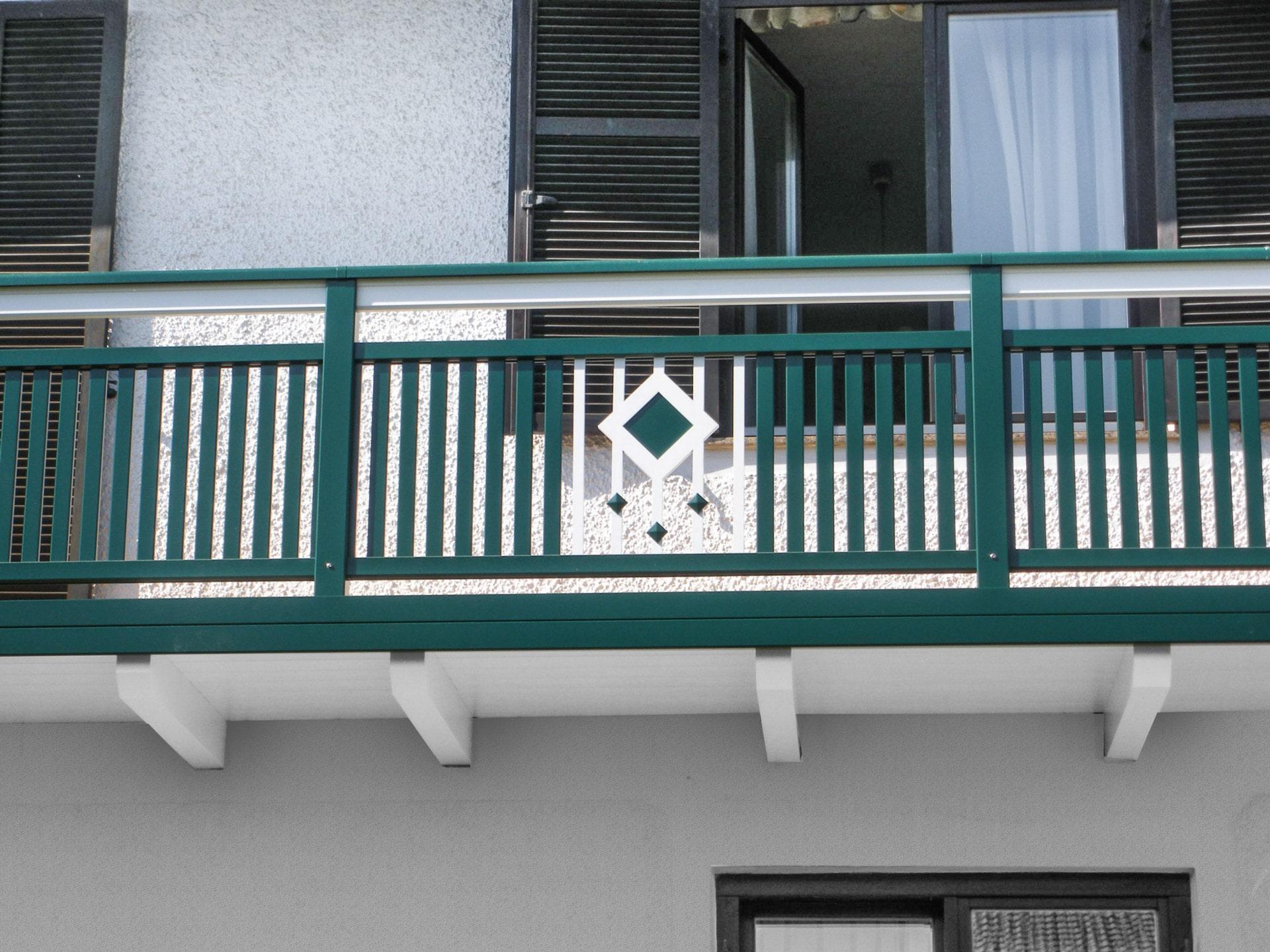 Brunn 01 b   Aufgesetztern Aluminiumlattenbalkon grün mit weißem Stab-Quadrat Dekor   Svoboda