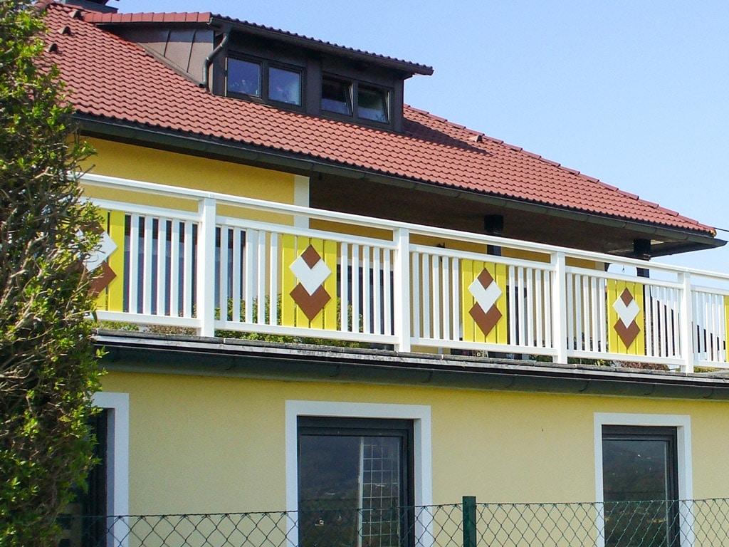 Filzmoos 01 a | Geländer aus Alu Latten und Vollblech-Quadraten als Dekor weiß-braun-gelb | Svoboda