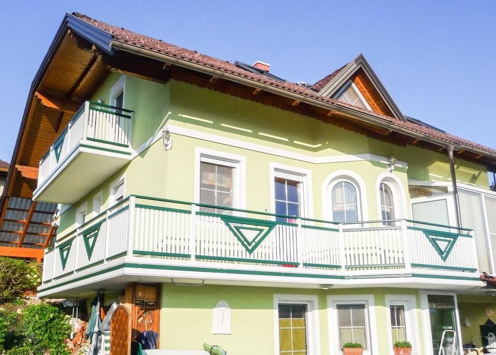 Gmunden 02 a | Alu-Geländer grün-weiß bei Balkon mit Alubrettern vertikal & Dreieck-Dekor | Svoboda