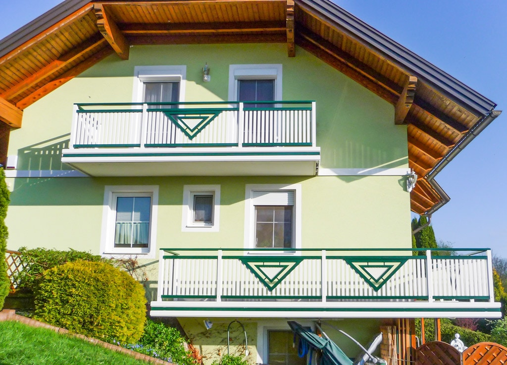 Gmunden 02 b | Aluminium-Geländer bei 2 Balkonen moosgrün-weiß mit Latten & Dreieck Dekor | Svoboda
