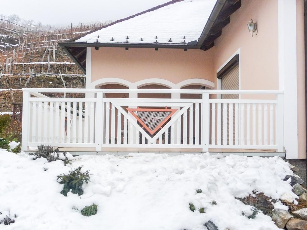 Gmunden 03 | Alu-Terrassengeländer weiß, Latten vertikal, Dreieck Lochblech Lachsfarben | Svoboda