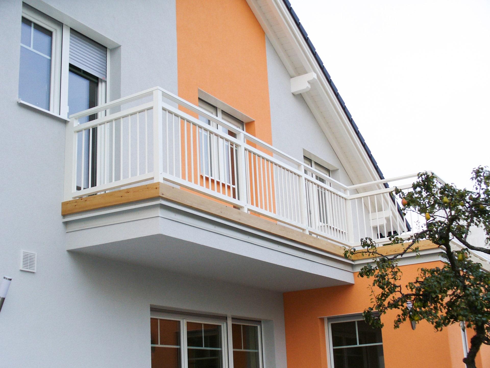 Graz 03 | weißes Aluminium Geländer mit vertikalen senkrechten Alu-Stäben bei Balkon | Svoboda