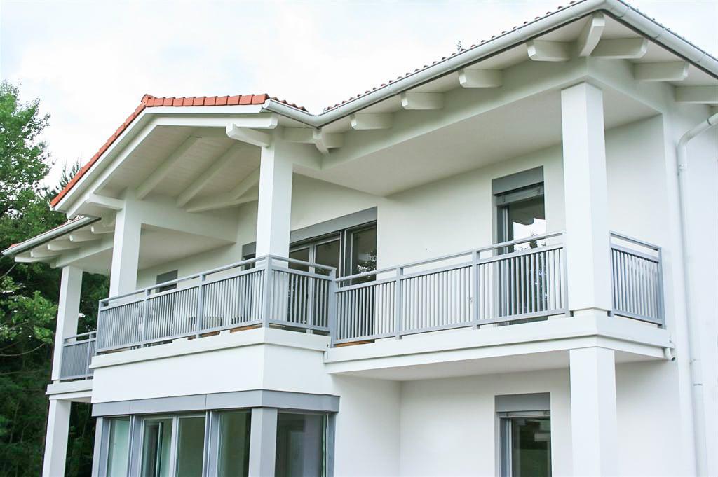 Graz 05 a | hellgraues Terrassengeländer aus senkrechten Stäben bei modernem weißen Haus | Svoboda