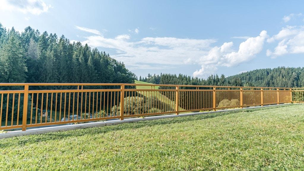 Graz 11 b | schlichtes Aluminium-Geländer mit runden Stäben vertikal hellbraun beschichtet | Svoboda