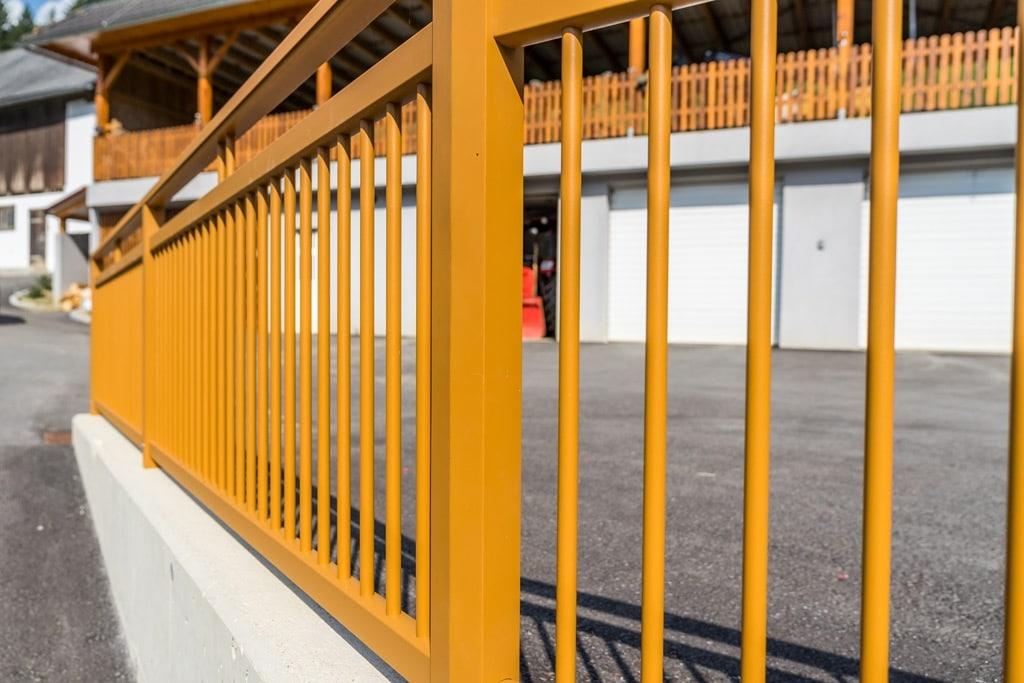 Graz 11 c | senkrechte Aluminium Rundrohr Sprossen bei eckigem Aluminium Rahmen ockerbraun | Svoboda