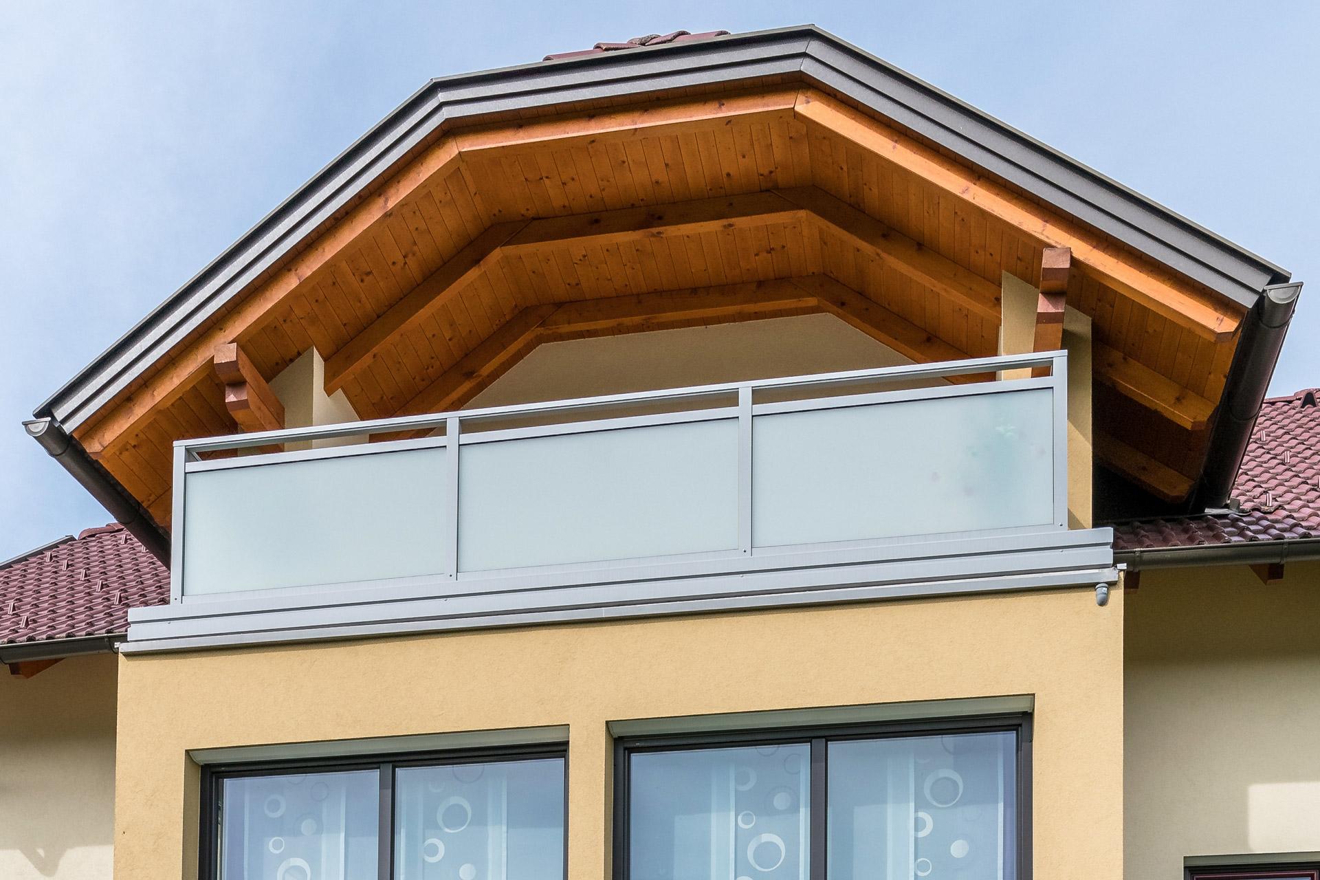 Hall 05 b   Blickdichter Alu-Glas-Balkon mit hellgrauem Alurahmen und matter Glasfüllung   Svoboda