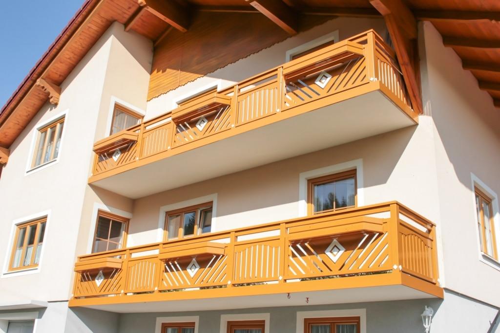 Hollabrunn 01 | Alugeländer mit Latten vertikal & diagonal, Dreieck-Quadrat-Blech Dekor | Svoboda