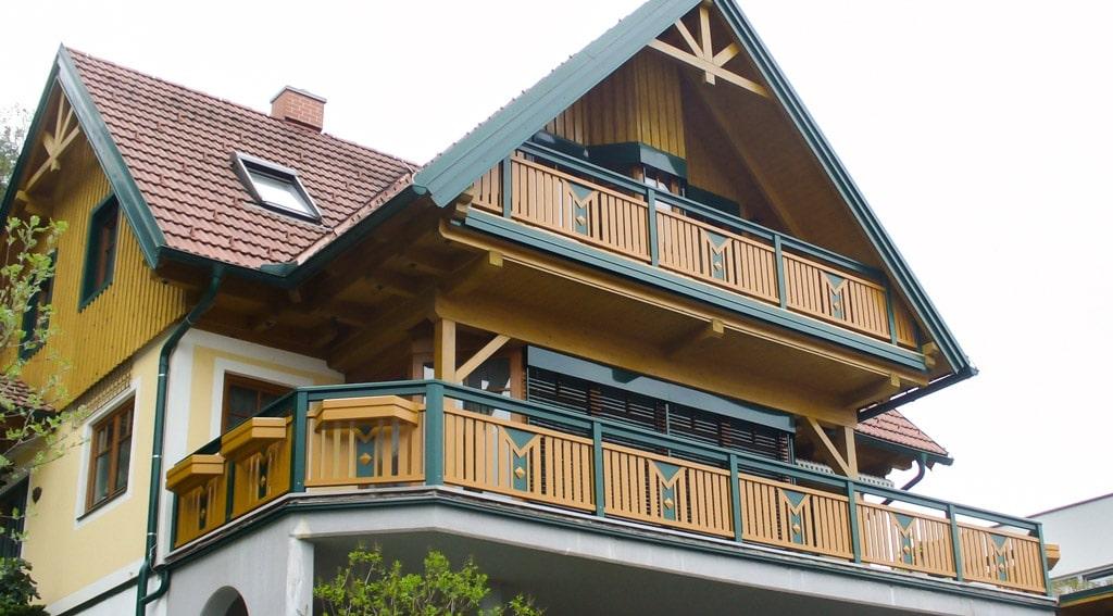 Kapfenberg 08 b   grün-brauner Alubalkon bei Haus mit Holzgiebelverkleidung   Svoboda Metalltechnik