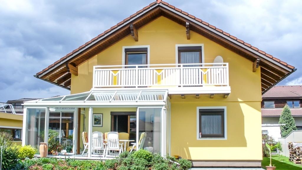 Kapfenberg 14 a | Weisser Alu Latten Balkon mit gelbem Lochblech Streifen & Dreieck mittig| Svoboda