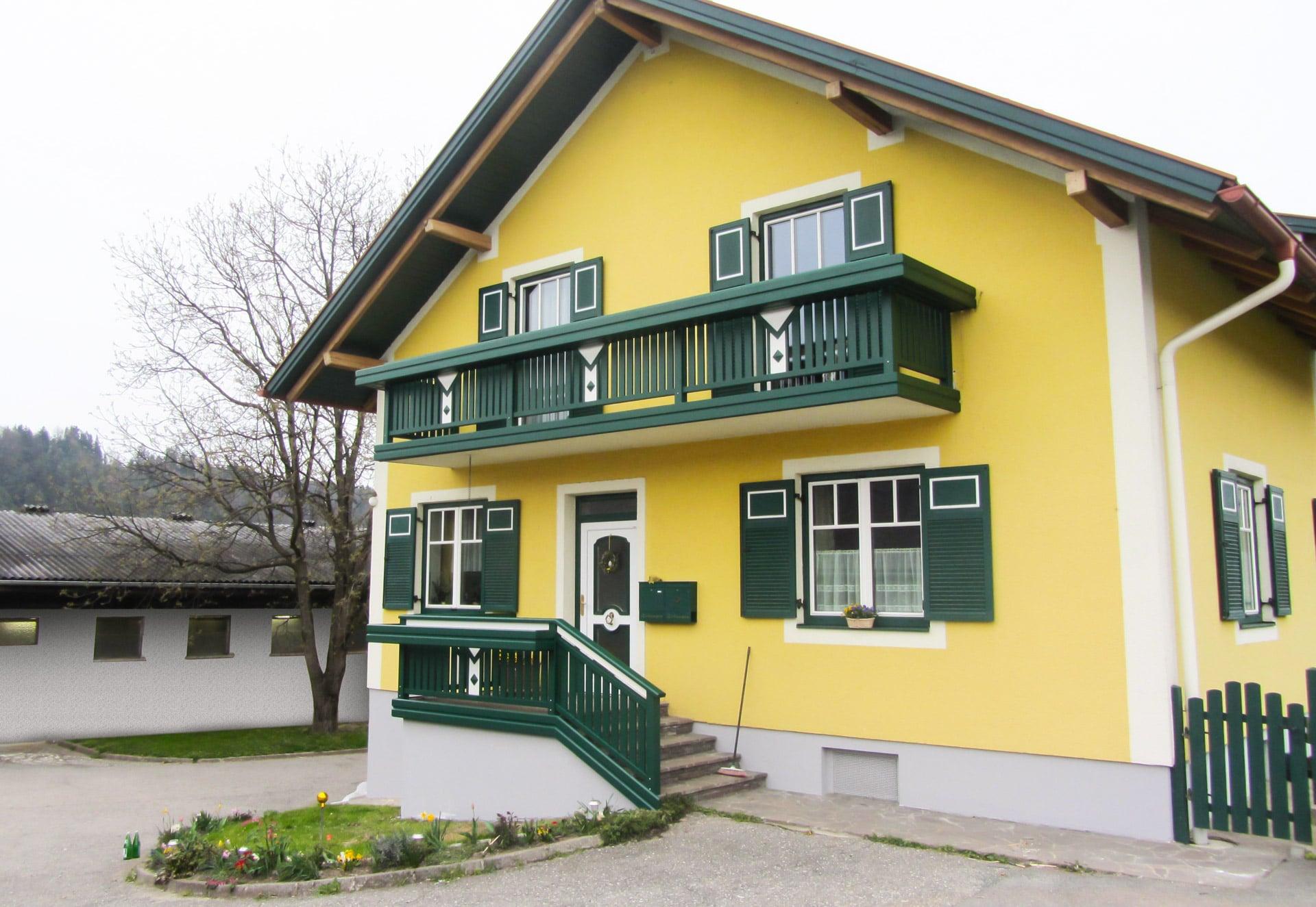 Kapfenberg 22   grün-weißer Alubalkon und Stiegengeländer bei gelbem Haus mit Spitzdach   Svoboda