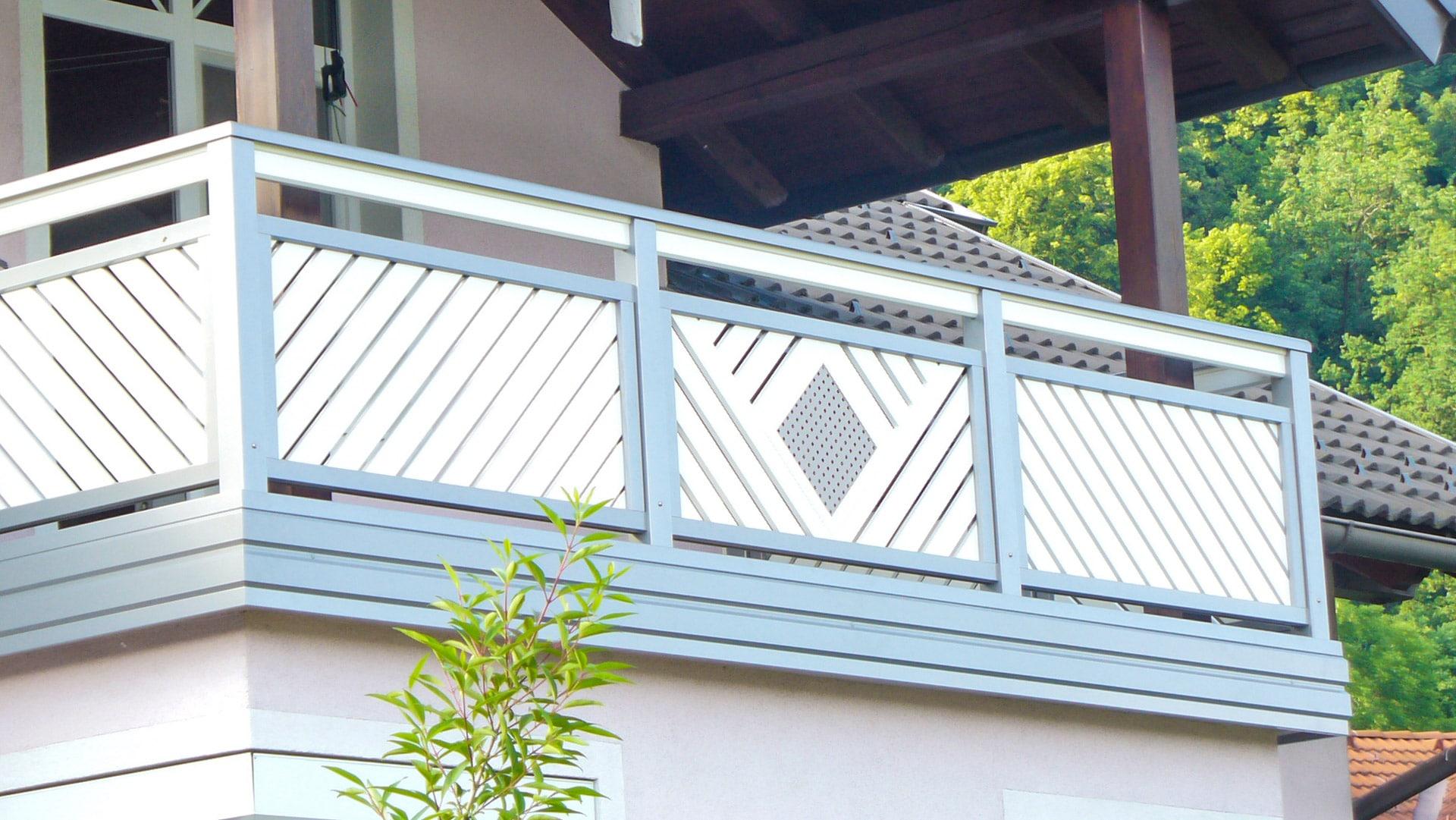 Klagenfurt 01 a   grau weißes Aluminiumgeländer, diagonale Latten, quadratisches Lochblech   Svoboda