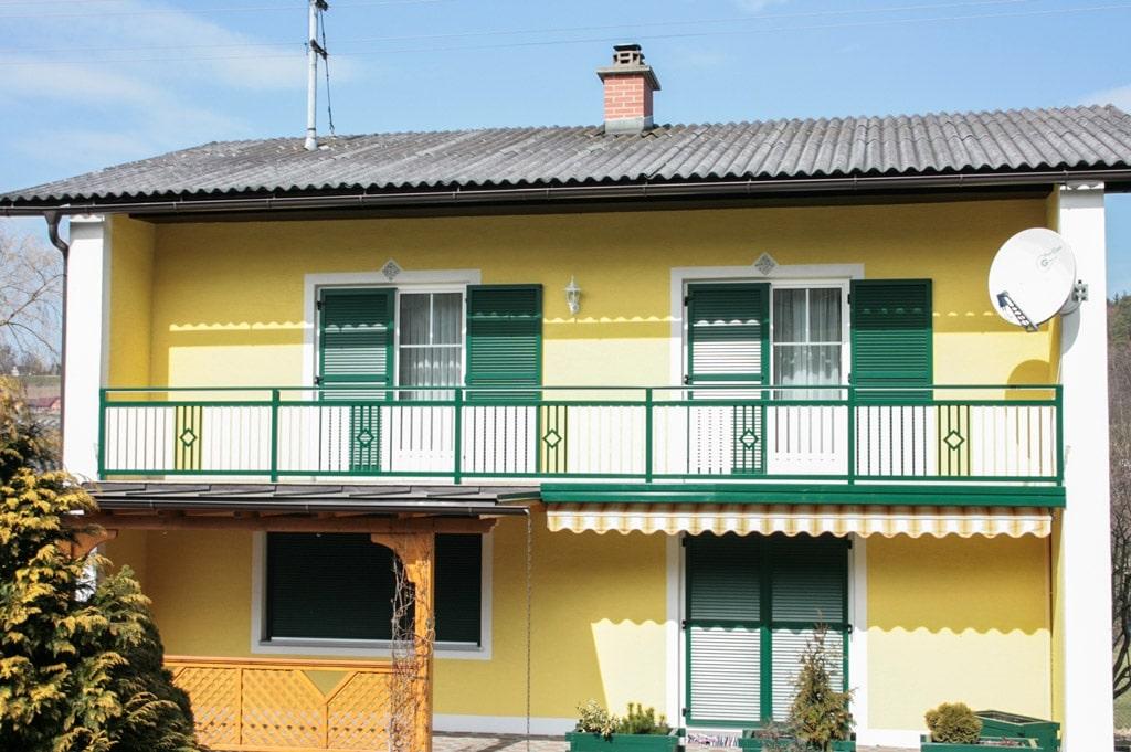 Klosterneuburg 02 a | Alubalkon, Alusteher & Aluhandlauf grün, Lattung weiß, Aludekor grün | Svoboda