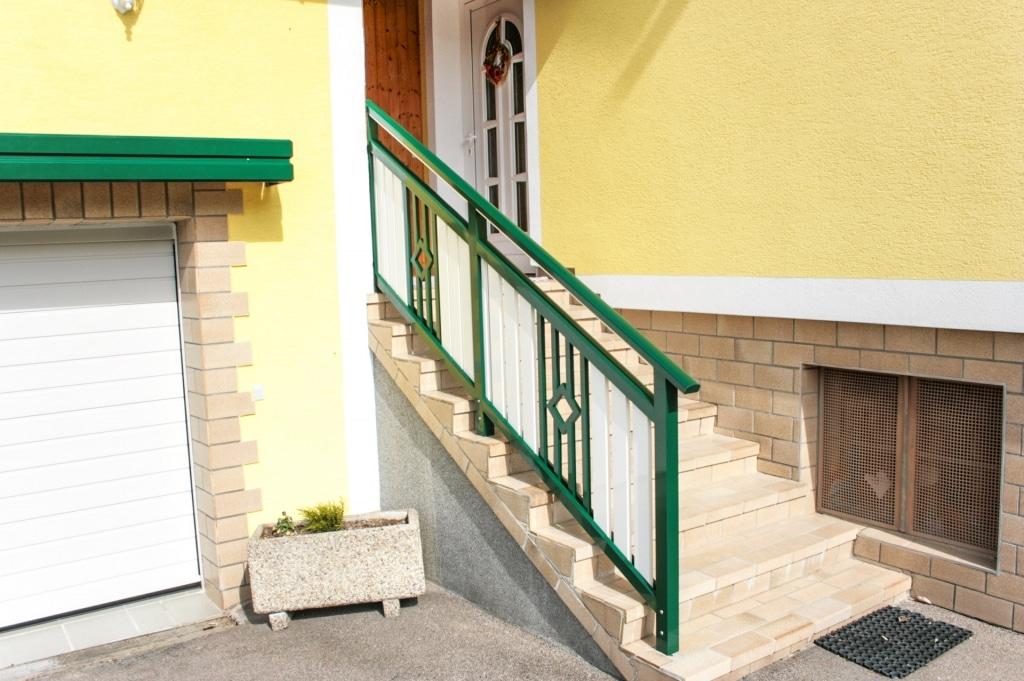 Klosterneuburg 02 c | Aluminiumstiegengeländer grün-weiß mit Senkrechtlatten und Stäben | Svoboda