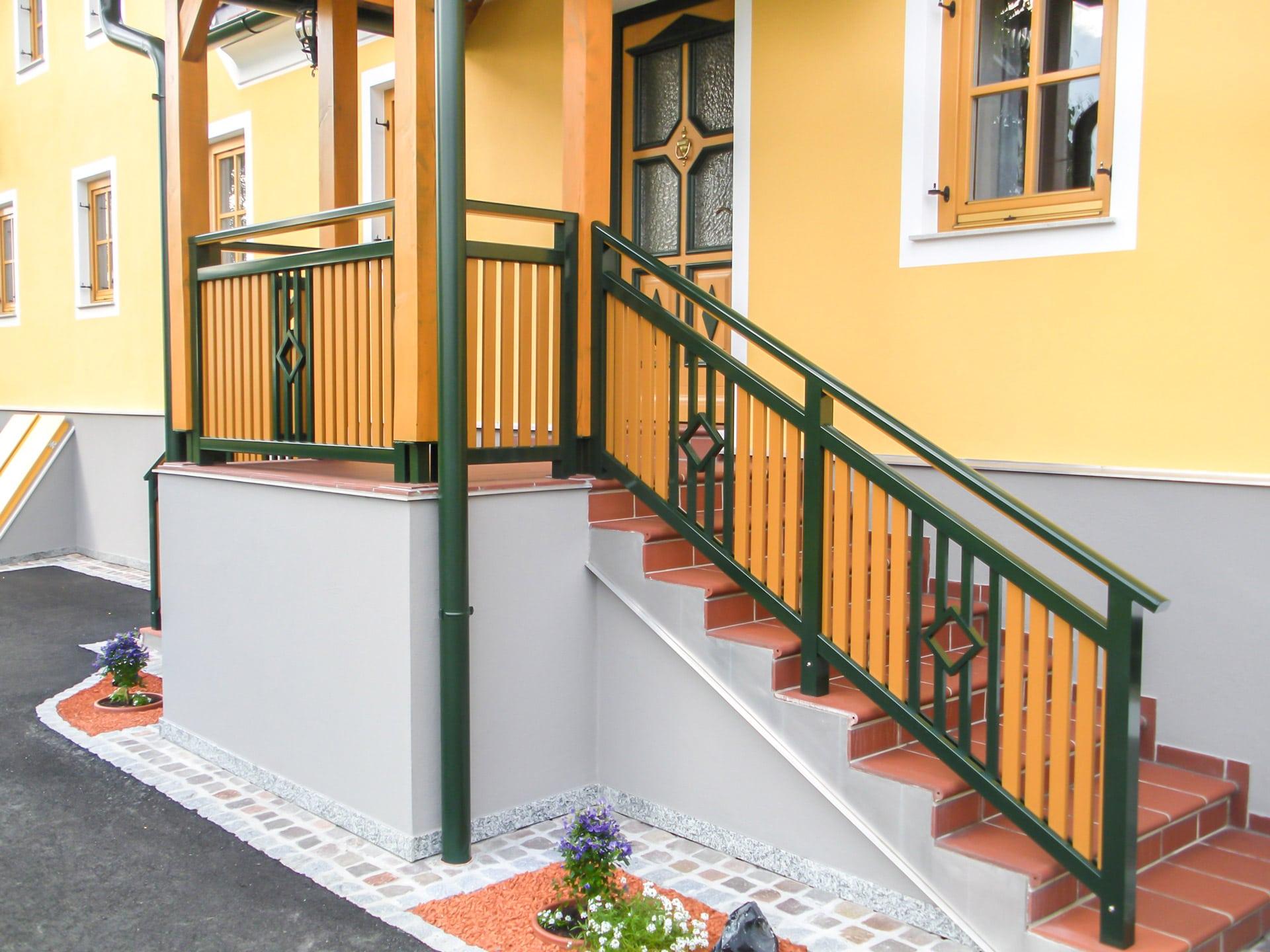 Klosterneuburg 07 | braun-grünes Alu Außengeländer bei Eingangstreppe aufgesetzt montiert | Svoboda