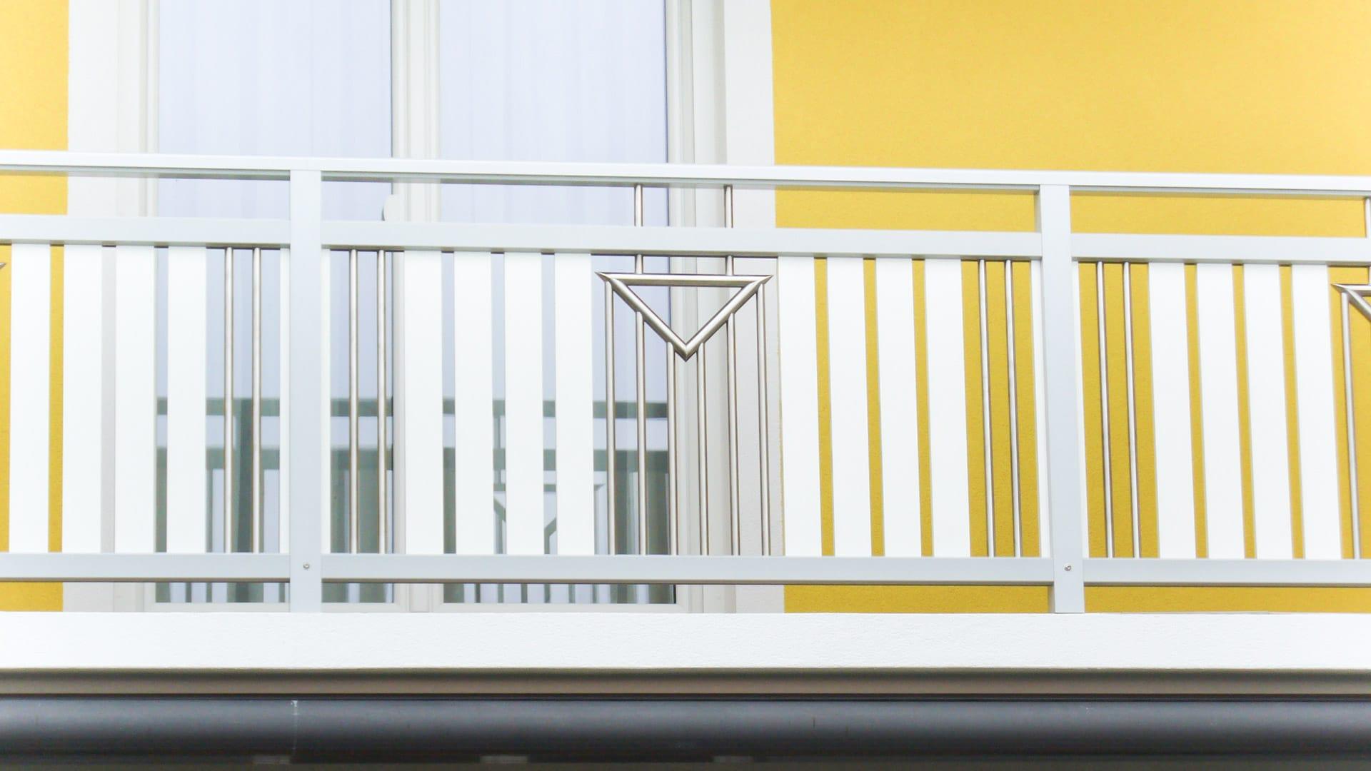 Krems 02 a | Aluminium-Balkongeländer mit Alulatten senkrecht und Niro Dreieck Stab Dekor | Svoboda